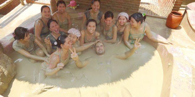 Du khách rất thích tắm bùn khi đến Nha Trang