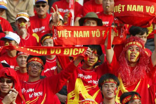 Khán giả cổ vũ đội tuyển bóng đá Việt Nam