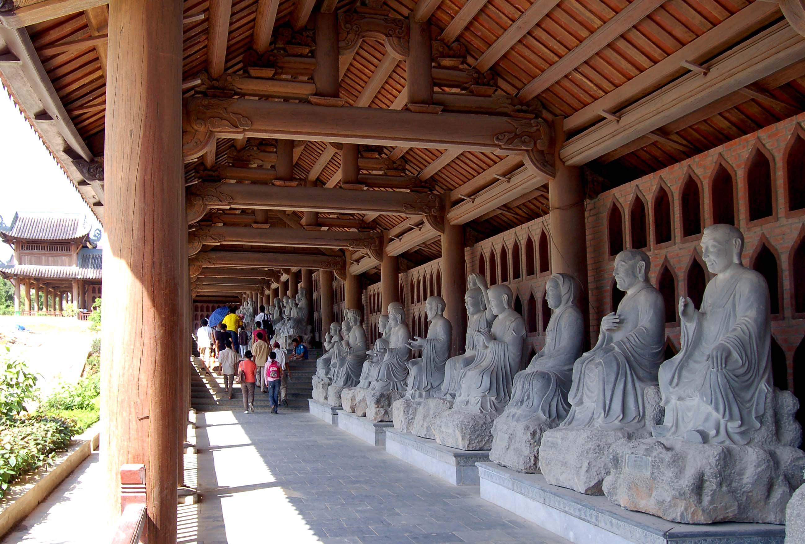 Ngoài hành lang của chùa là 500 bức tượng La Hán bằng đá trắng nguyên khối