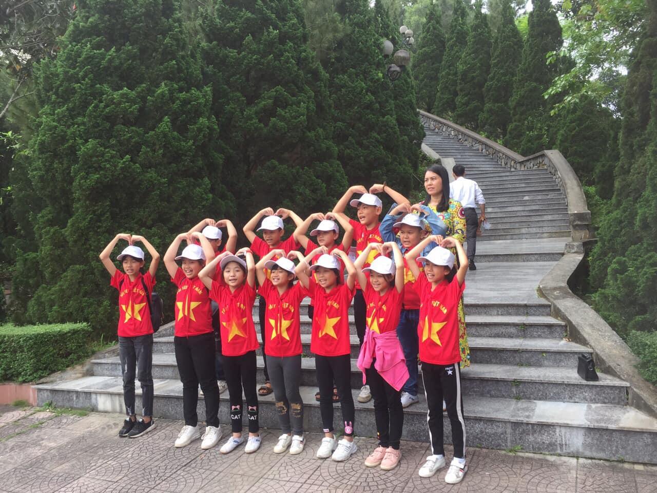 Các em học sinh vui vẻ hào hứng tham gia chương trình dã ngoại