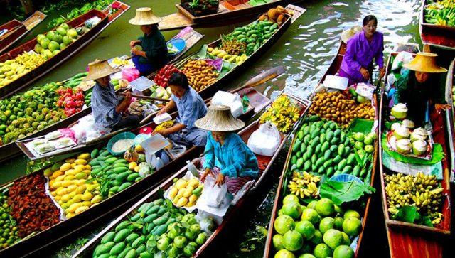Chợ nổi với nhiều loại sản phẩm được mua bán