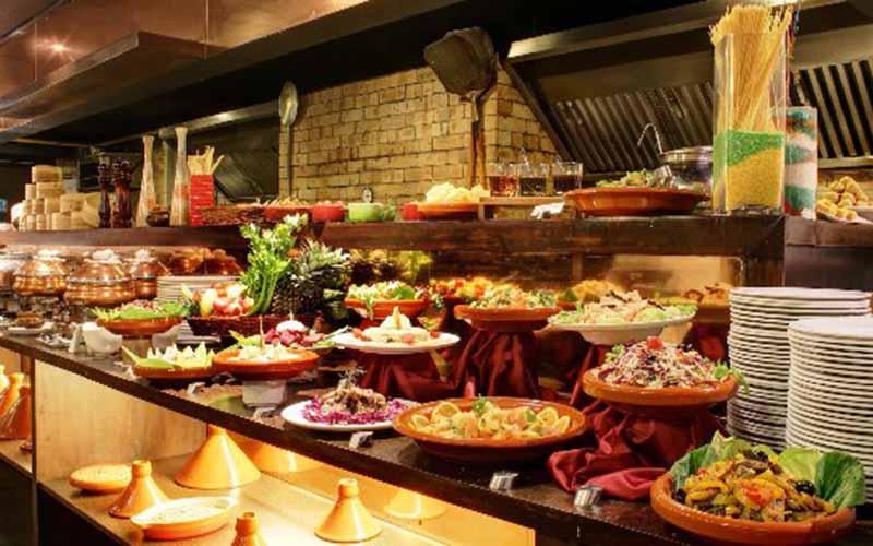 Qúy khách sẽ được thưởng thức tiệc Buffet với hàng trăm món ăn ngon