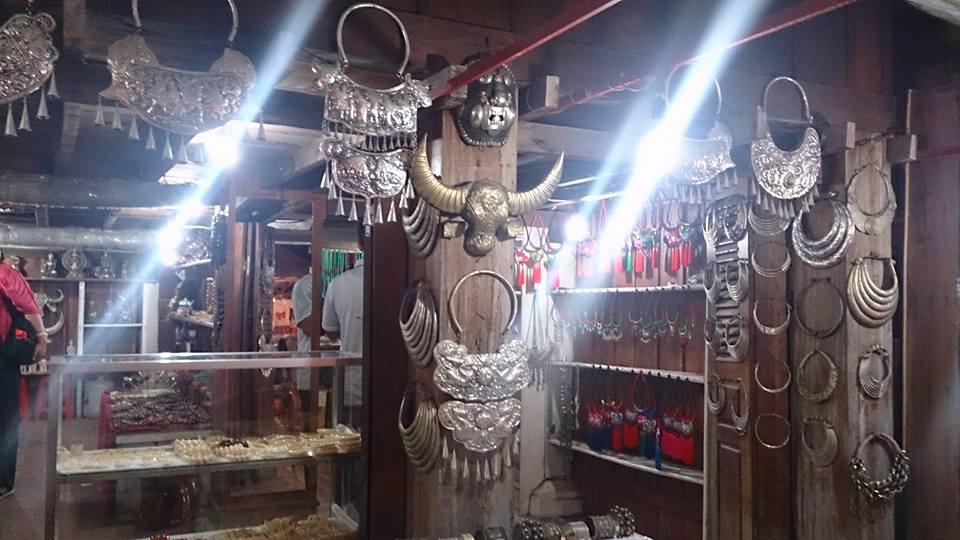 Bạc được bày bán rất nhiều ở chợ đêm Luongprabang