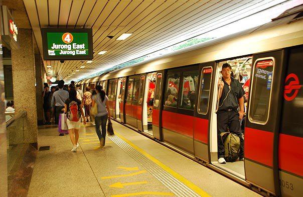 Bạn có thể trải nghiệm tàu điện ngầm MRT hiện đại