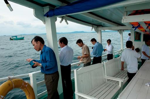 Du khách thích thú khi trải nghiệm câu cá trên thuyền